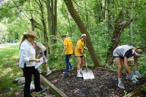 Middle School Students Weed and Mulch at Erie Canal
